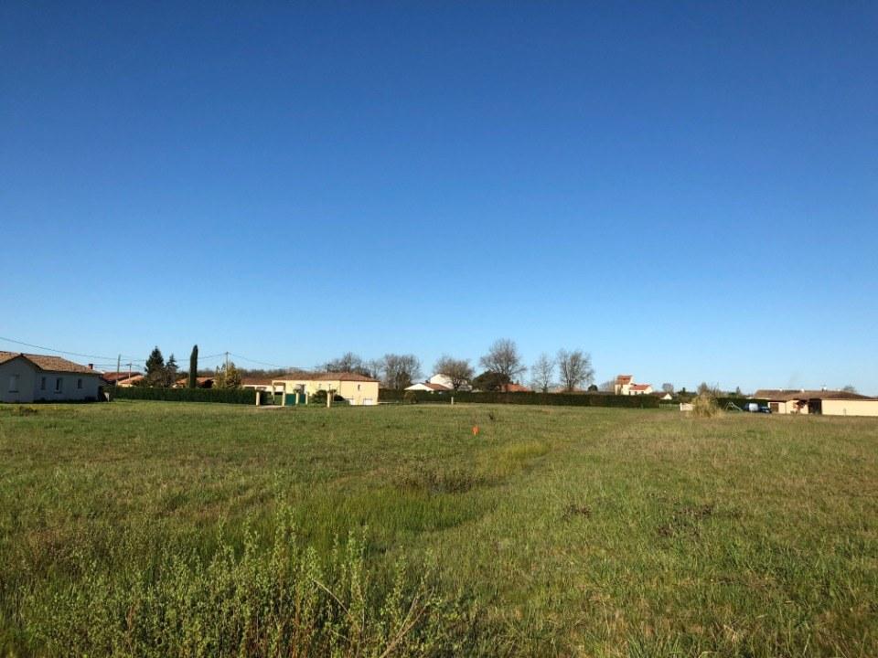 Terrains du constructeur MAISONS FRANCE CONFORT • 620 m² • MONTBETON